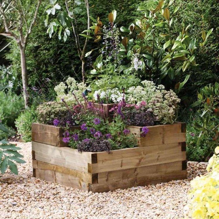 bac à fleurs DIY en bois massif placé sur l'allée de gravier concassé