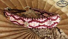 Paracord Halsband Hanifeh für eine Leonberger Dame. XXL Halsband in Bordeaux mit Altrose und Creme. Wie es sich für ein Mädchen gehört ein wenig Bling Bling zum Weihnachtsfest.
