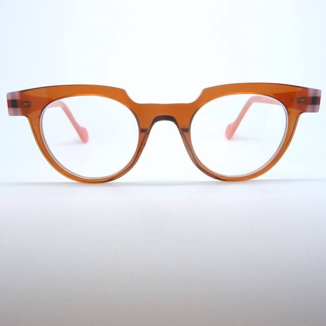 """The #AnneEtValentin """"D-Tail"""", prominent brow design in soft, yet vibrant colour combination. Transparent caramel front with soft semi-transparent pink sides.  #Kuske #KuskeEyewear #Nelson"""