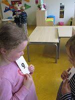 wandel en wissel uit: kinderen hebben cijfers in de hand. zij wandelen rond tot het teken van lkr. ze zoeken een ander kind en vertellen elkaar welk cijfer de ander heeft.
