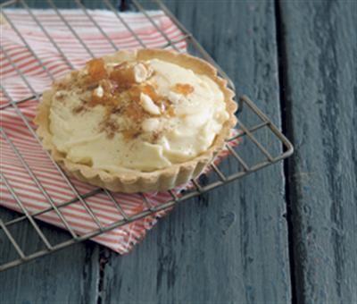Gemmer melktert met gesoute-karamel-makadamianeutkrummel | Food and Home