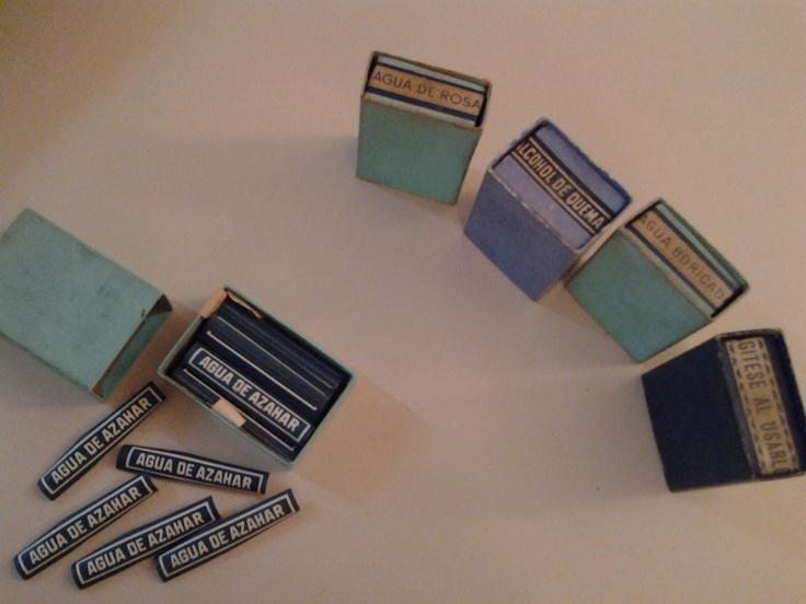 Farmacia de la Estrella - etiquetas que pertenecen a nuestro pequeño museo. Agua de azahar, agua boricada, agítese al usarlo...