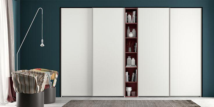 Armadio componibile ad ante scorrevoli con struttura Bianco laccato opaco, frontali Bianco laccato opaco e libreria Marsala nobilitato.
