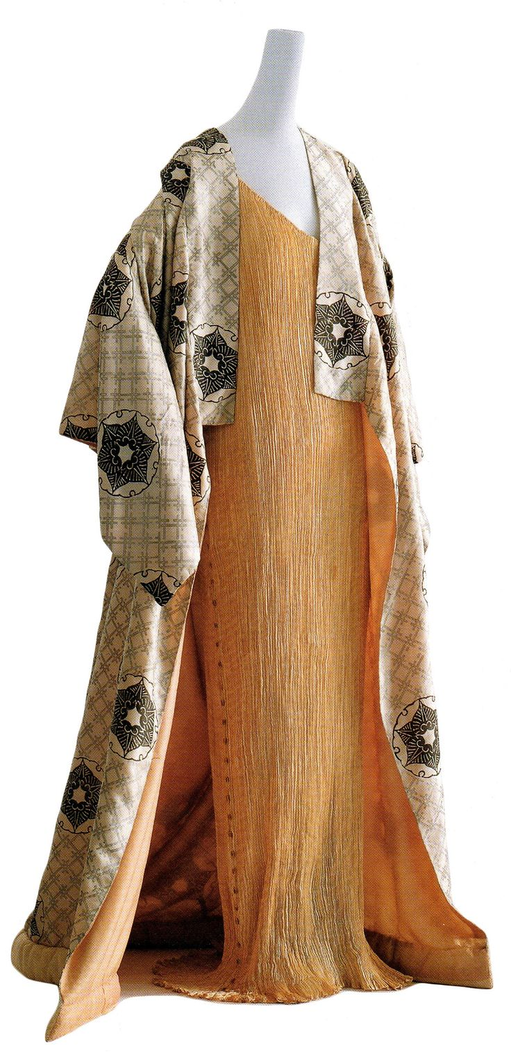 Japanism in fashion: influence of japanese aesthetics in this gown designed by Mariano Fortuny in 1910.