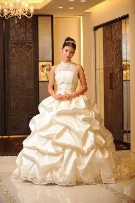 荘厳な式場に似合いそう☆最高級シルクを贅沢にタッキングしてボリュームを出したエレガントな一着♪ 真っ白なミカドシルクを使ったウェディングドレス・花嫁衣装一覧。