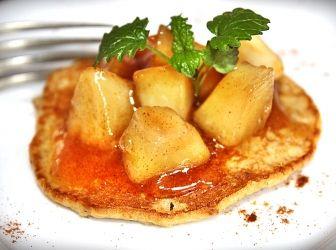 Zabpelyhes palacsinta mézes-karamellizált almával: A zabpelyhes palacsinta nem csak egészséges, de nagyon finom is. Egyik kedvencem, így szívesen sütöm akár édes, vagy éppen sós változatban. http://aprosef.hu/zabpelyhes_palacsinta_mezes_karamellizalt_almaval