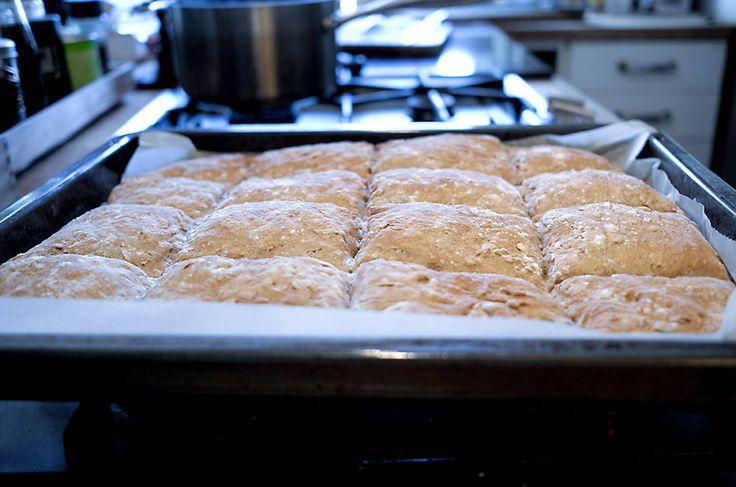 """Jeg er uhyrlig svak for brød som smaker kjempegodt og som nesten ikke krever jobb fra min side!Har du samme svakhet? Da er dette brødet helt perfekt å bake! Jeg har oppskrift på et nesten tilsvarende langpannebrød i en av bøkene mine også, og jeg vet at det blir hyppig bakt av mange. Håper denne … Continue reading """"Langpannebrød med havregryn"""""""
