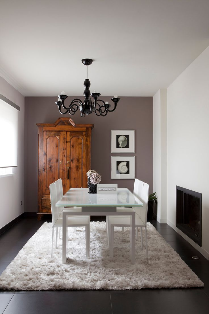 L'abitazione è stata ampliata ricavando un secondo livello. Negli ambienti con finiture in chiaroscuro gli elementi architettonici assumono particolare rilevanza.