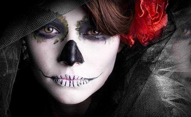 A imaginação para criar looks de Haloween pode ir além com as maquiagens de caveira.