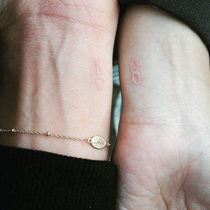 tatouage-couple-encre-blanche-king-queen-roi-reine #TattooIdeasForCouples