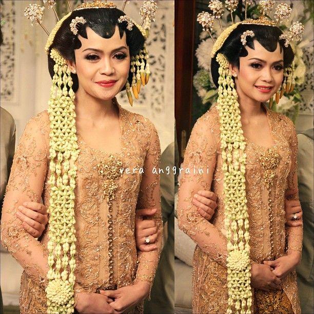 Javanese Wedding - Central Java, Indonesia - gold kebaya + stunning jasmine headdress . Love it ^^