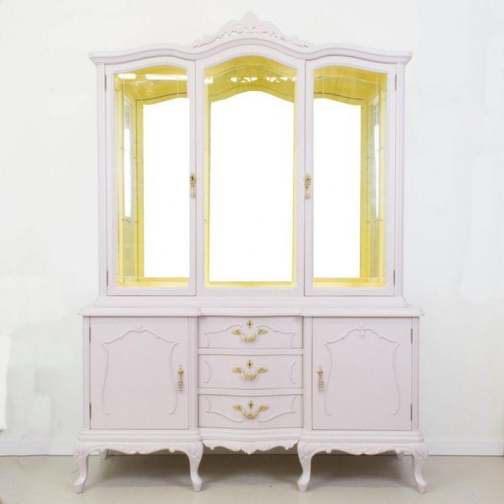 Cómo transformar una vitrina antigua en rosa y amarillo