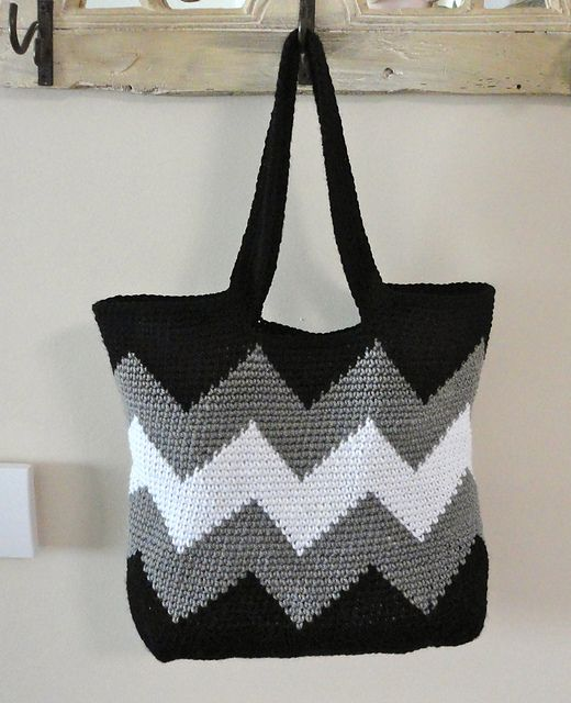 Ravelry: kptk2011s Black and White Chevron Tote (Small)  I'd like to do this with wool and then felt it. Different colors