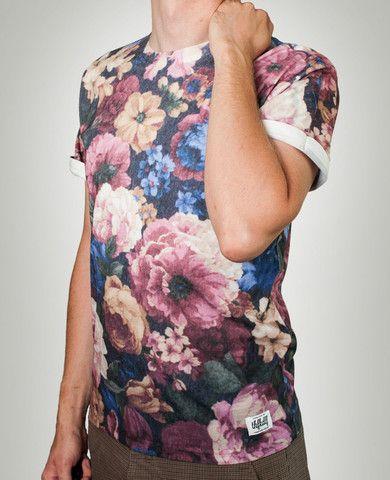 Den urbane t-shirt 'Floral' er fra indie-brandet THFKDLF, der leverer høj kvalitet af #polyester t-shirts med fede all-over prints. #modeblog #streetwear #tshirts #grafik