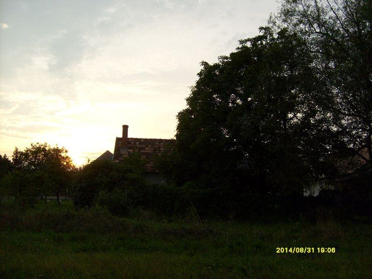 A nap a házam mögött.