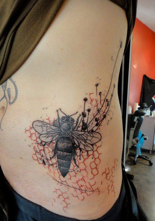 Xoïl, Needles Side TattOo...not sure if I would want a bee tattooed on me but it's still neat with the honeycomb background.