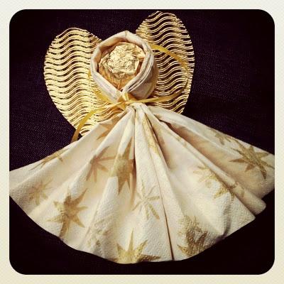 Knusper Engel aus Ferrero, Serviette und goldenem Herz als kleine Aufmerksamkeit