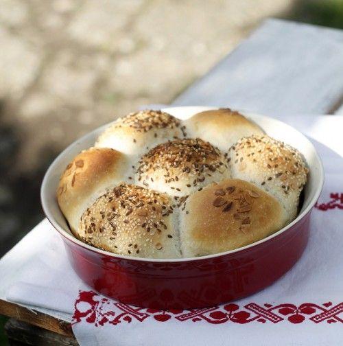 Zsemle kenyérmaggal sütve
