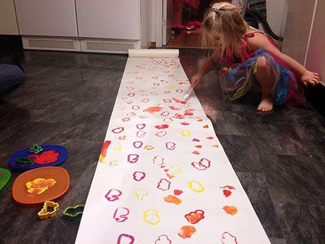 Gör eget presentpapper, julklappspapper. Pyssel för stora och små barn. Pyssligheter.se