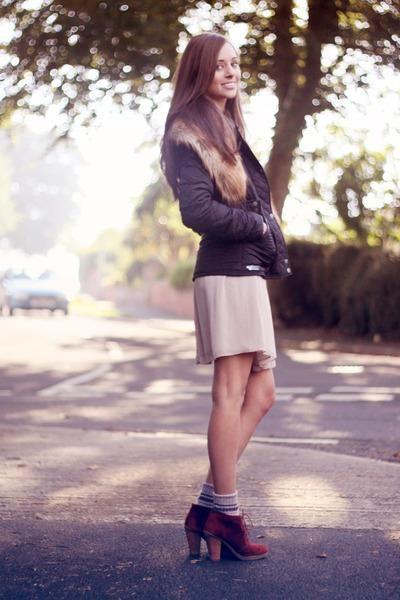 Счем носить платье телесного цвета