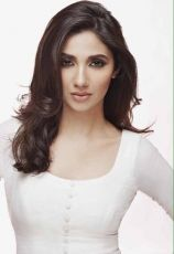 Pakistani show Humsafar's star Mahira Khan all set to star opposite Shah Rukh Khan in #Bollywood debut movie #Raees.