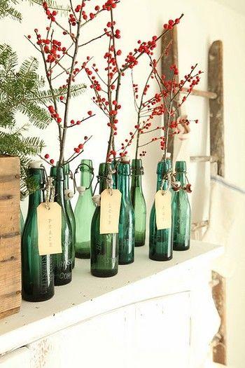 冬によく見かける赤い実を緑の瓶に挿した、赤と緑のクリスマスカラーを使ったデコレーション。クリスマスをさりげなく連想させる季節感あふれるインテリアとなっています。