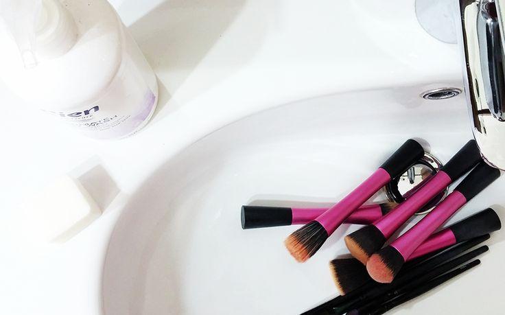 Un lavoraccio, che purtroppo dobbiamo fare, è quello della pulizia dei pennelli da makeup. Oltre al fatto che essendo sporchi..