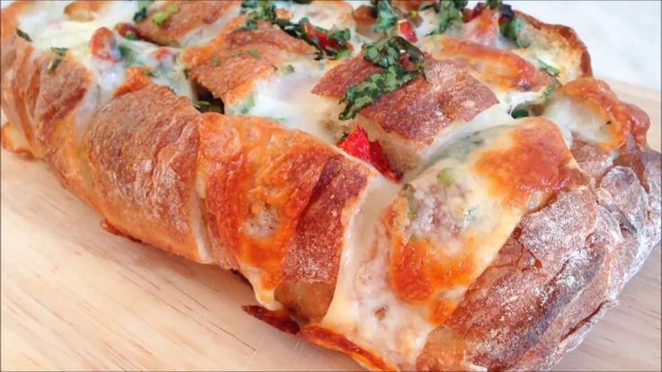 Хлеб, запеченный с чесноком, сыром и зеленью