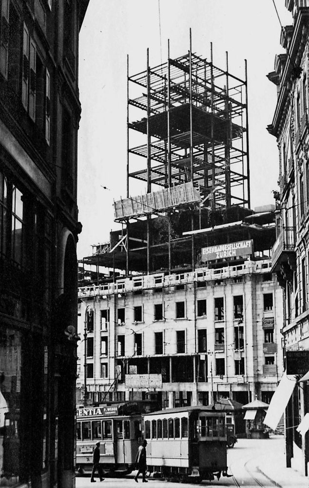 Vue de la tour Bel-Air en construction depuis la rue Haldimand, vers 1930.  Lausanne.