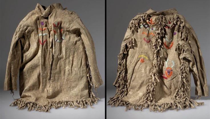 Куртка юноши, Кроу. Размеры: 56 Х 54 Х 4 см. Дата 1902 год. Донор  DR. CLARK WISSLER. Южная Дакота? CROW CREEK INDIAN RESERVATION? AMNH.