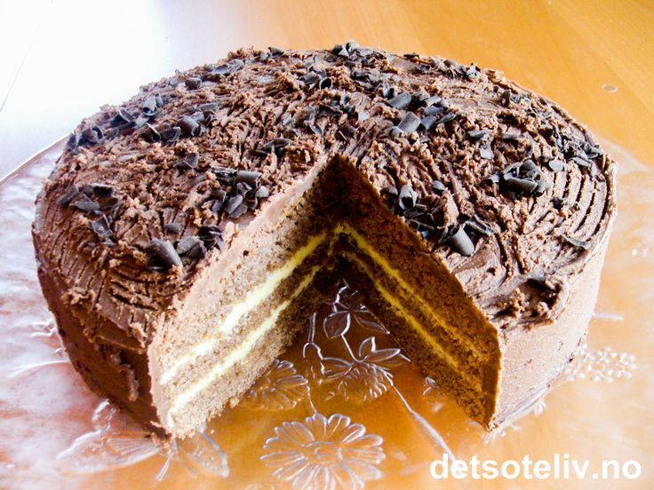 """Oppskriften på denne kakenhar jeg fra en av tantene til min mann - min navnesøster """"tante Kristine"""" - som er kjempeflink til å bake! """"Sjokoladekake med appelsinkrem"""" er myk og saftig og smaker NYDELIG av sjokolade og appelsin!"""