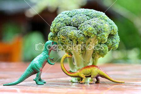 Legrační obrázek hračku dinosaura, jíst brokolici strom. fotografie lze použít k vaření s dětmi, příprava jídla vhodná pro dítě a propagaci zdravé výživy pro děti — Stock obrázek #42669481