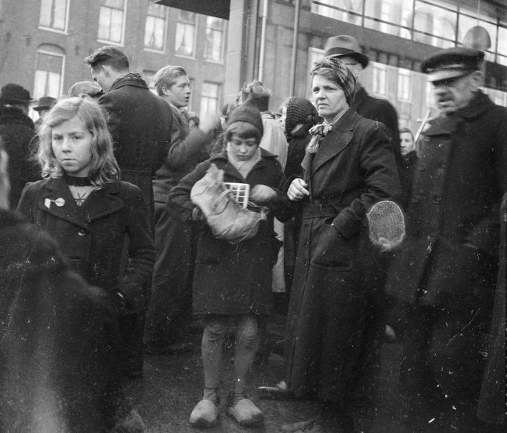 Amsterdam - Ten Katestraat - Zwarte markt 1945 (eerste kwartaal) - Fotograaf Charles Breijer