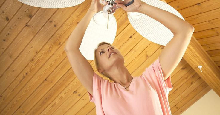 Cómo lubricar un ventilador de techo. Los ventiladores de techo ayudan a refrescar tu casa en verano y empujar el aire caliente hacia abajo en invierno. Hacer funcionar un ventilador de techo en todas las estaciones hace que los cojinetes del motor se desgasten con el uso. Para que un ventilador funcione bien, es necesario lubricarlo de vez en cuando. Esto es fácil de hacer; no tienes ...