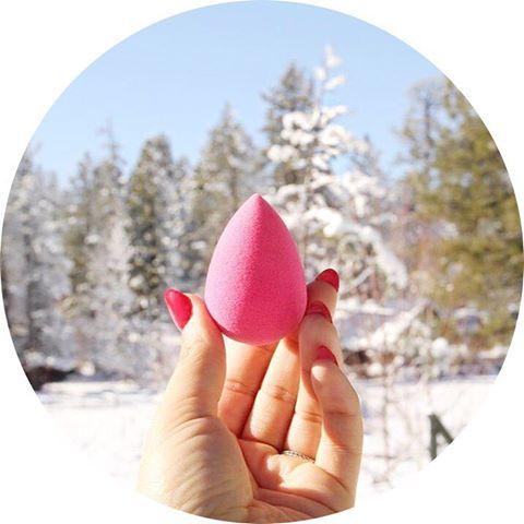 🌸L'Éponge Maquillage Teint - L'Original de Beauty Blender🌸 🌷L'éponge numéro 1 pour bien appliquer son makeup 🌷Elle répartie uniformément le maquillage pour le teint 🌷Elle vous promet une peau zéro défaut 🌷Elle est idéale pour le contouring, l'application du fond de teint et du correcteur 🌷Elle convient parfaitement à tous les types de peaux 🌷Cet œuf mousse est un musthave 🌷Et on adore sa couleur rose girly ! 🖥 Retrouvez la sur www.lanaika.com à 16,80€ 🌺