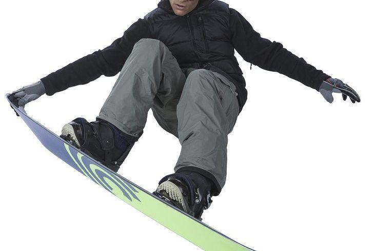 ¿Qué accesorios se incluyen al alquilar una tabla de snowboard?. Para las personas que no quieren invertir en la compra de una tabla de snowboard, alquilar una tabla de snowboard es una opción ideal. Ya sea que la alquiles en un hotel o una tienda de esquí, por lo general, serás capaz de alquilar ...