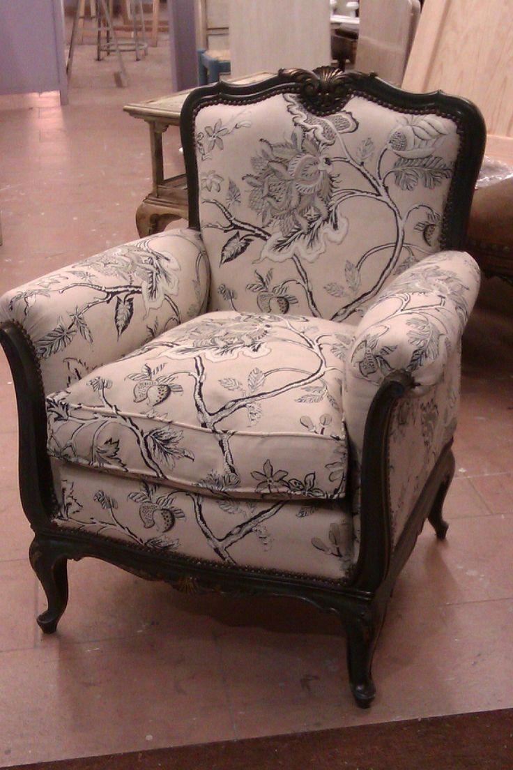 Butaca tapizada en tela estampada tonos pastel y - Tela tapizado sofa ...