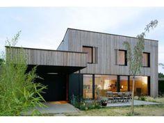 #Bardage ajouré mélèze et détail fenêtre : Tectoniques Architecture - Façade de la Villa B - Crédit Photo Erick Saillet
