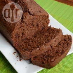 Een recept voor gewone cake, gemaakt met zelfrijzend bakmeel, boter, suiker en eieren, maar dan gemengd met cacao en stukjes pure chocolade. Een heerlijke smeuïge chocoladecake!