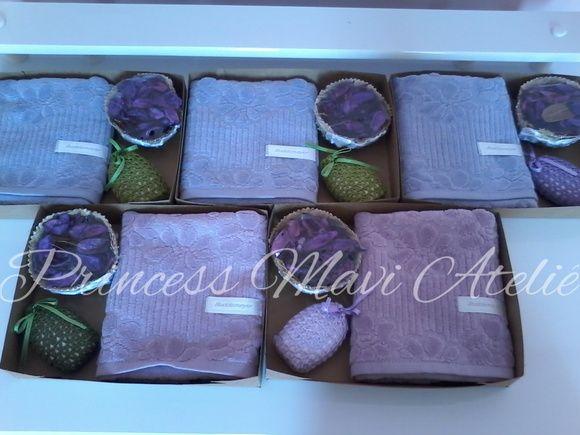 Kit composto por toalha de lavabo (buddemeyer), 1 sache, 1 aromatizador (cesta em palha com aromatizador).  Embalado em caixa de papel kraft reforçado, finalizado com laço em fita cetim.  Excelente opção para aniversários, batizado.  Toalha disponível nas cores: branca, rosa e lilás. R$ 29,90