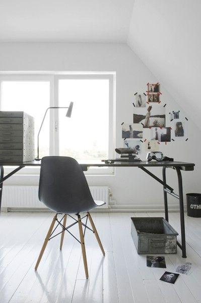 www.101woonideeen.nl. Witte vloeren, in dit geval met recycling en design klassieker (eames stoeltje) gecombineerd.