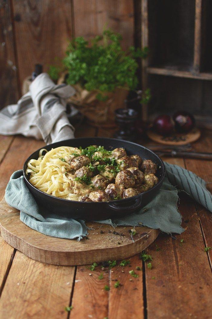Schwedische Köttbullar herrlich würzig und leicht gemacht. Jetzt heißt es schnell an den Herd und Wohlfühlessen kochen.