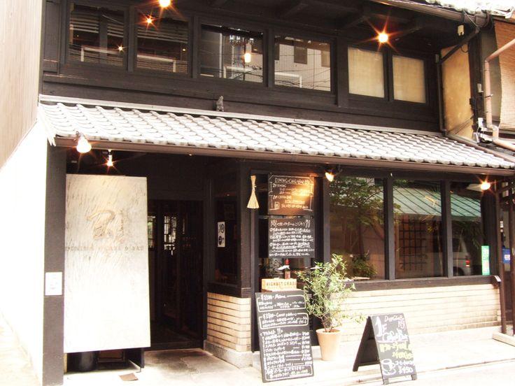 世界中から旅行者が集まる京都。ランチの時間はどのレストランも混み合っています。時間を有効に使って旅を満喫するためには、事前のレストラン情報は大切ですよね。そこで、おすすめのお店をさらにご紹介します。京都でランチを頂くなら、ぜひ風情ある町家のお店に行ってみませんか。京町屋は、江戸時代からある伝統的な外観が特徴の建築で、その敷地は間口が狭く奥行きが深いことから、「うなぎの寝床」と呼ばれることもあります。そして、その落ち着いた雰囲気をうまく活かした店舗がたくさんあるんです。和食、フレンチ、中華、イタリアン、カフェ素敵な「和」の空間でいただくお食事は格別です♪ 特に、烏丸ランチは、有名。そんなお店..