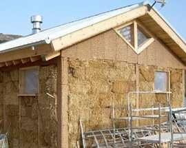 Le case di paglia di Pescomaggiore durante la costruzione