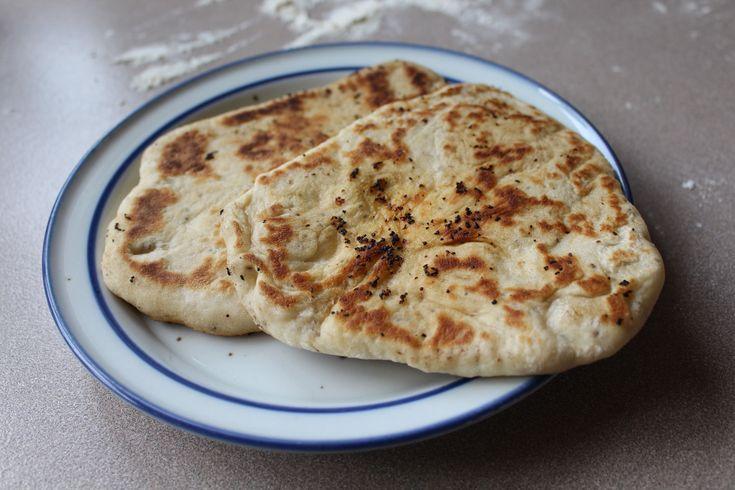 Denne opskrift på naanbrød med fennikelfrø og chiafrø smager afsindig godt. Brødet er nemt at lave og passer naturligvis til indisk mad.