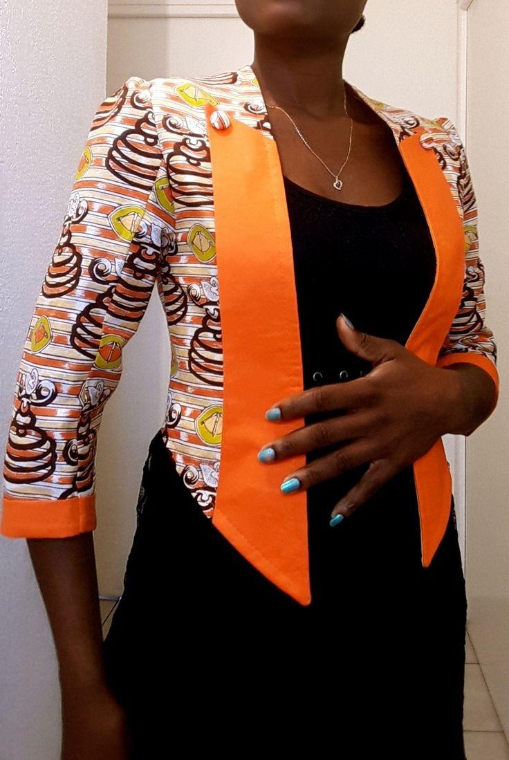 Empreinte aux vestiaires masculin cette veste dans un style smoking vous donnera un look bien particulier. elle accompagnera parfaitement toute vos tenues du top avec un jean pour aller bosser le matin a la petite robe le soir pour aller boire un verre . Convient a toute les morphologies.  FICHE SHOPPING - veste doublée - col style smoking - limite a la taille - manche 3/4  COMPOSITION 100% coton  CONSEIL ET ENTRETIEN lavage a la main ou en machine a 30°C  TAILLE 38