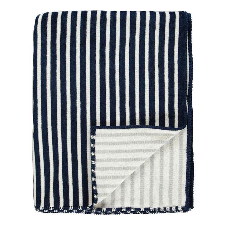 Marc O'Polo Fleece Plaid Veln navy in weicher Qualität. Ein zweifarbiges Streifendesign macht die weiche Decke zum maritimen Highlight. Die leichte Wohndecke ist ein perfekter Begleiter, wenn es etwas kühler wird. www.bettwaren-shop.de