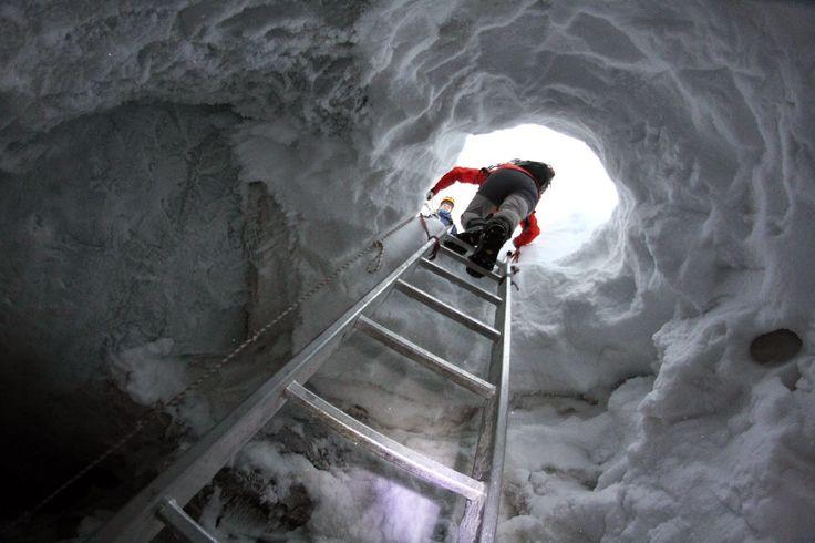 """O comum dos mortais sonha ver um glaciar, testemunhar essa maravilha da natureza, majestosa e avassaladora. Eu, investigadora na área da Geomorfologia glaciar, sonho entrar dentro de um glaciar e explorá-lo por dentro, fazendo assim uma espécie de """"terapia invasiva"""". O glaciar Longyear localiza-se a poucos quilómetros a sudoeste da cidade homónima e tem origem …"""