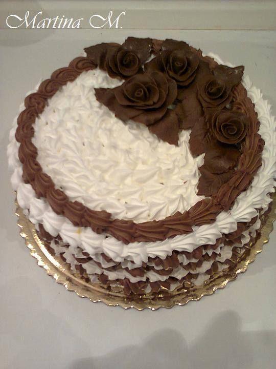 Klasická sušená torta s čokoládovou plnkou.