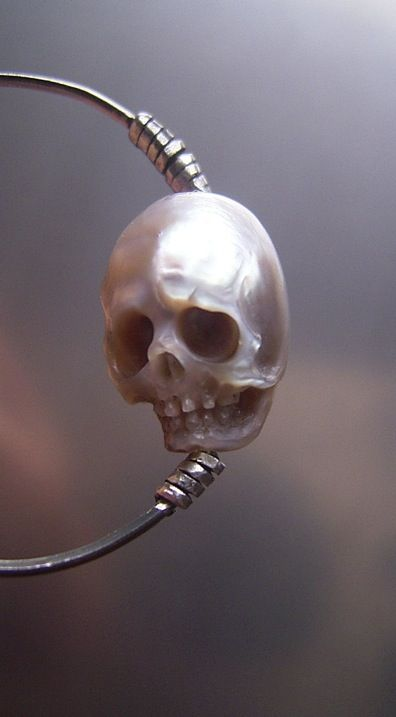 Jewelry | Jewellery | ジュエリー | Bijoux | Gioielli | Joyas | Art | Arte | Création Artistique | Artisan | Precious Metals | Jewels | Settings | Textures | SHINJI NAKABA - Perfectly carved, tiny skulls made from pearl.